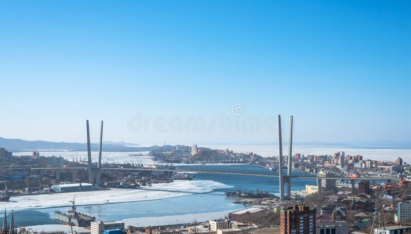 Paesaggio urbano di Vladivostok, vista di luce del giorno, inverno. fotografia stock