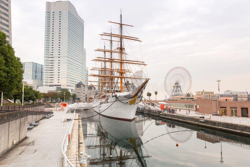 Paesaggio urbano di Yokohama con la nave di navigazione fotografie stock libere da diritti