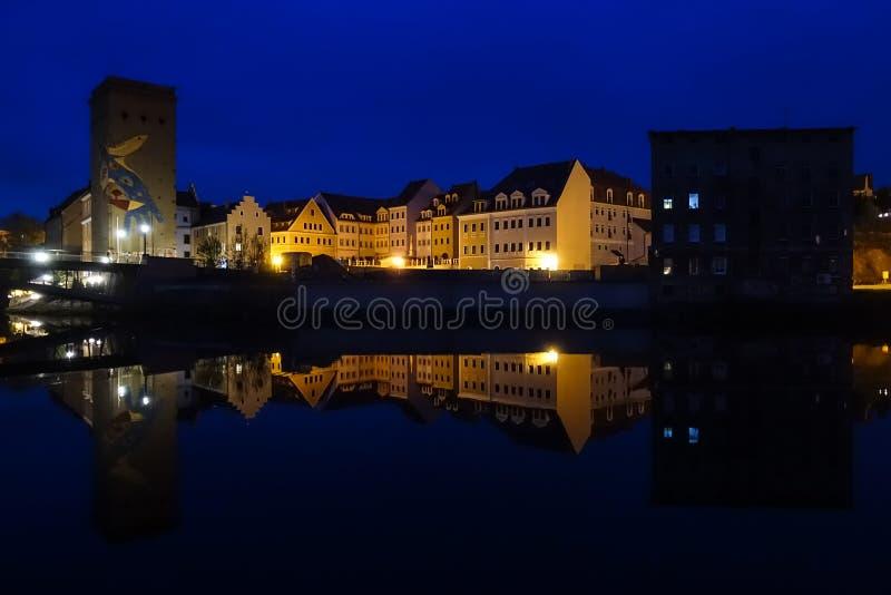 Paesaggio urbano di Zgorzelec, Polonia, all'ora blu fotografie stock libere da diritti