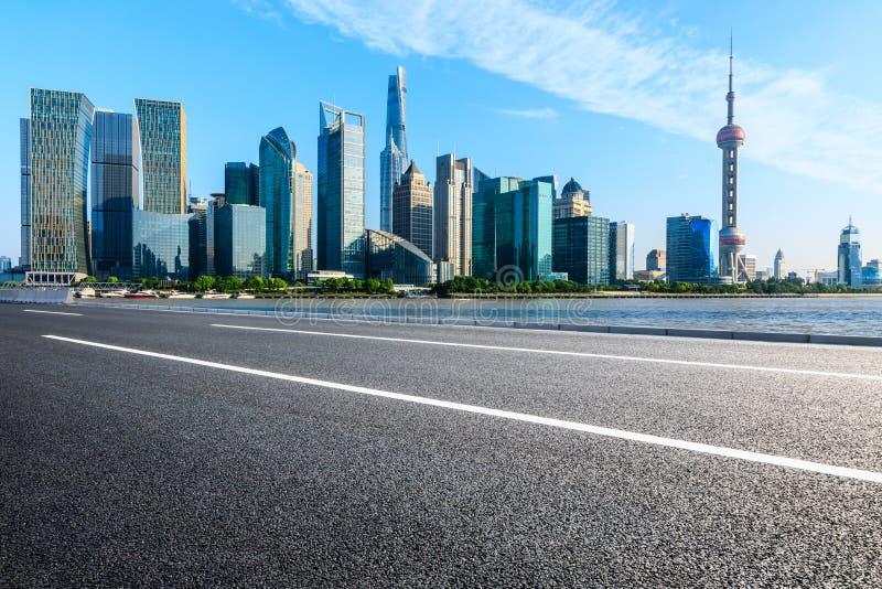 Paesaggio urbano e orizzonte di Schang-Hai dalla strada asfaltata fotografia stock
