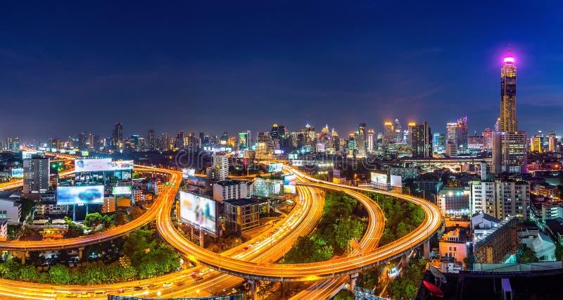 Paesaggio urbano e traffico alla notte a Bangkok, Tailandia fotografie stock