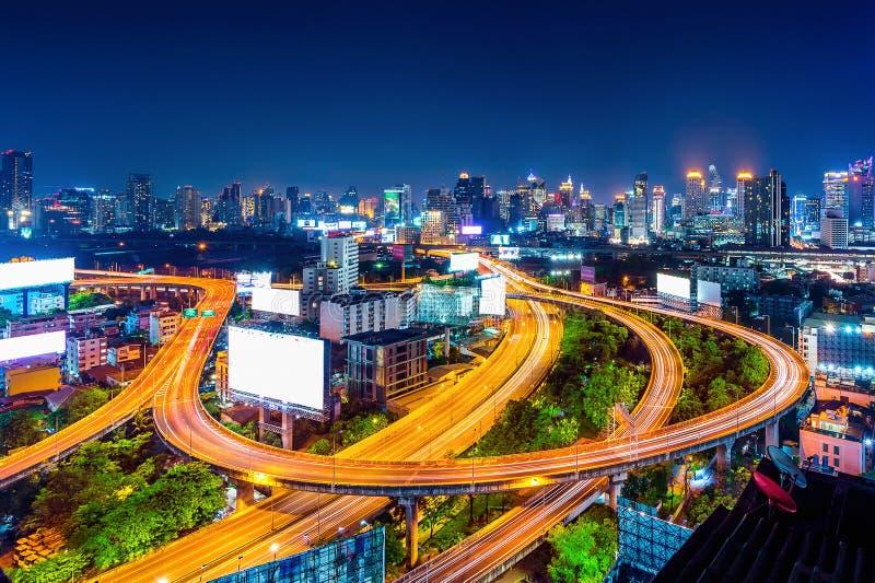 Paesaggio urbano e traffico alla notte a Bangkok, Tailandia fotografie stock libere da diritti