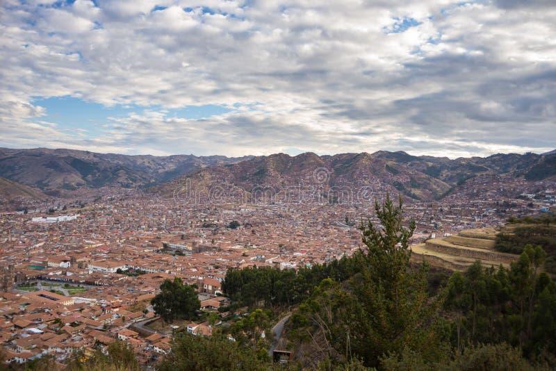 Paesaggio urbano espansivo della città di Cusco con cloudscape scenico Cusco è fra la destinazione di viaggio più importante nel  immagini stock