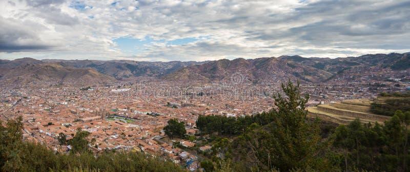 Paesaggio urbano espansivo di Cusco, del Perù e del cloudscape da sopra fotografia stock