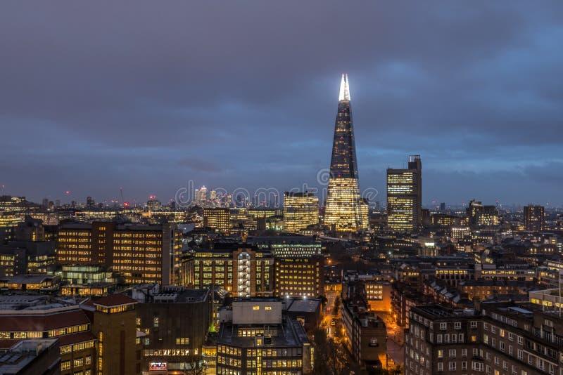 Paesaggio urbano finanziario del centro di affari alla notte a Londra, Regno Unito fotografia stock libera da diritti