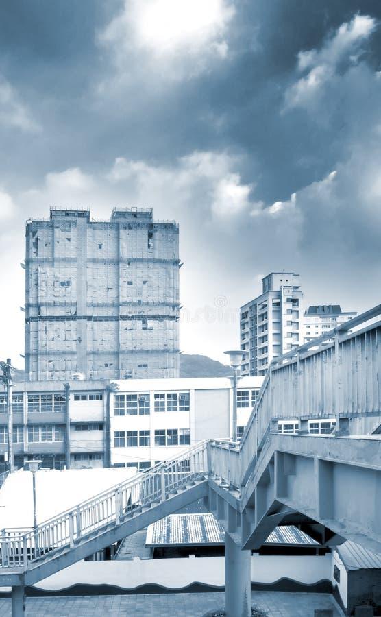 Paesaggio urbano - flyover ed appartamento fotografia stock