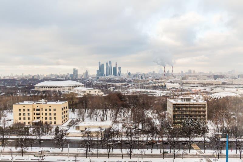 Paesaggio urbano Giorno nuvoloso di inverno Fumo dai tubi della pianta della cogenerazione fotografia stock libera da diritti