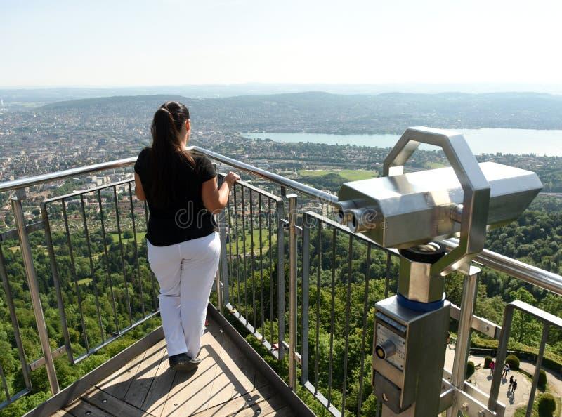 Paesaggio urbano godente turistico femminile della vista di Zurigo da Uetliberg, fotografia stock