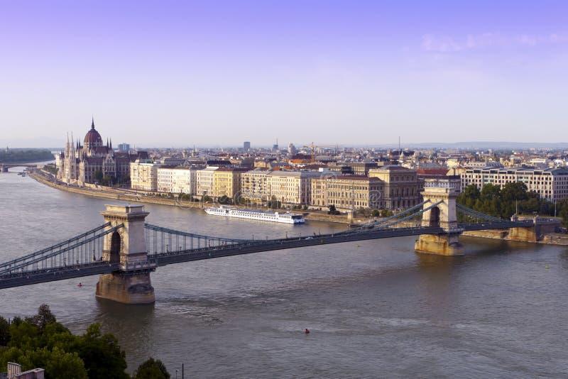 Paesaggio urbano il ponticello di Budapest, Danubio. immagine stock