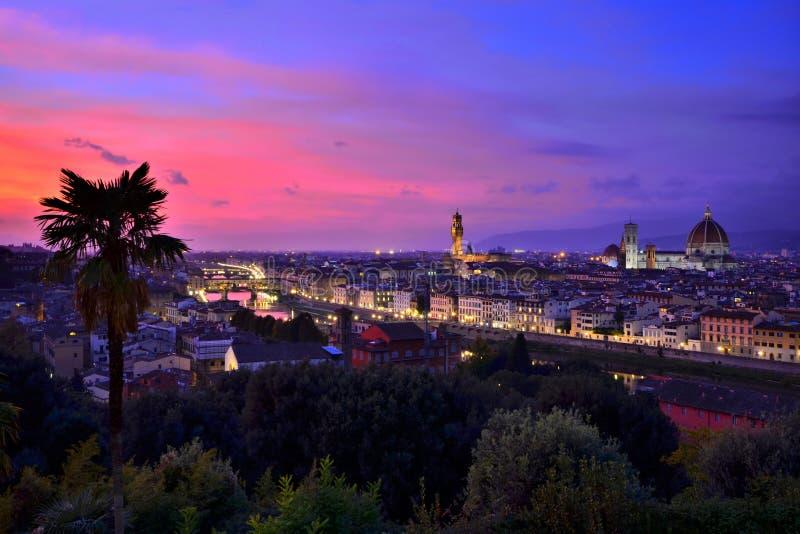 Paesaggio urbano illuminato di Firenze al tramonto, Toscana, Italia fotografie stock