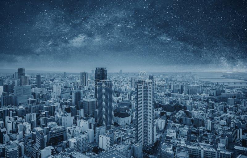 Paesaggio urbano moderno futuristico alla notte Città astuta e tecnologia immagine stock libera da diritti