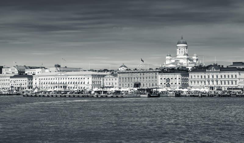 Paesaggio urbano monocromatico di Helsinki Quay centrale fotografia stock