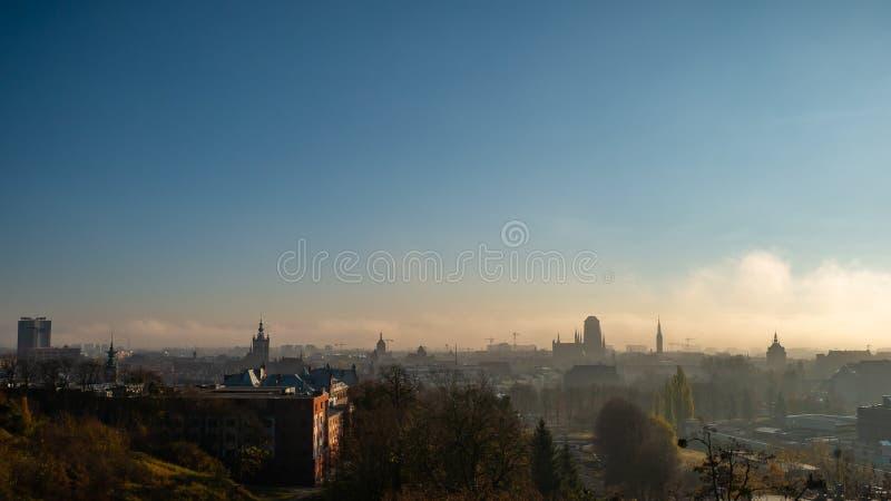 Paesaggio urbano nebbioso di Danzica con la basilica di St Mary fotografie stock libere da diritti