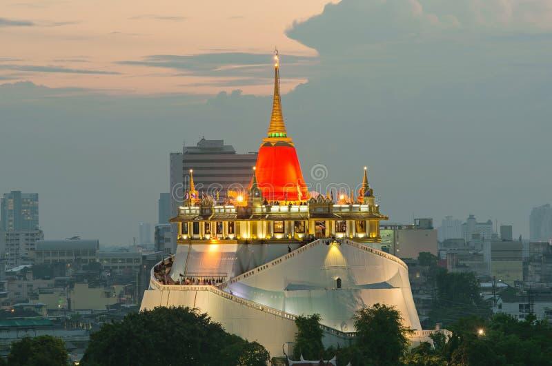 Paesaggio urbano a penombra, la montagna dorata di Bangkok della Tailandia immagini stock libere da diritti