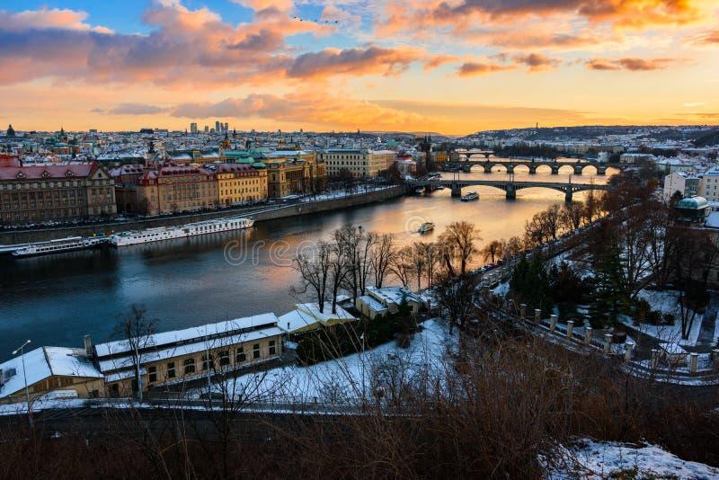 Paesaggio urbano a Praga con la vista sul fiume Elba, ceco fotografia stock libera da diritti