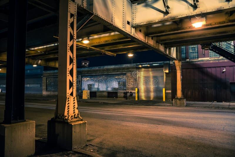 Paesaggio urbano scuro e sinistro di notte della via della città di Chicago fotografia stock libera da diritti