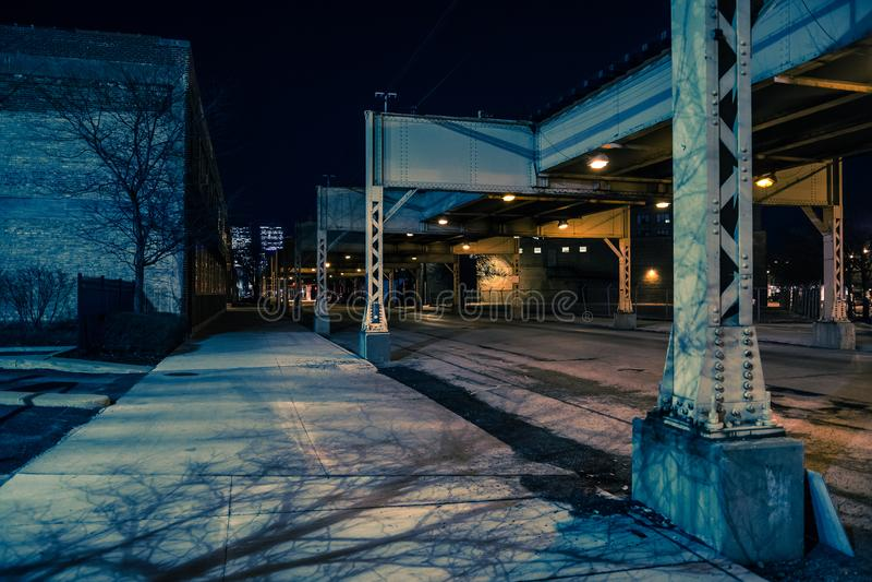 Paesaggio urbano scuro e sinistro di notte della via della città di Chicago fotografie stock