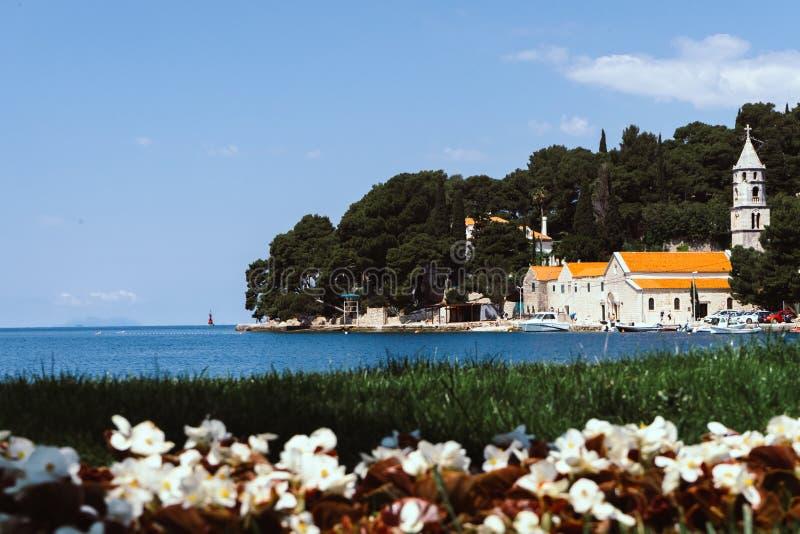 Paesaggio urbano soleggiato di estate della città di Cavtat, Croazia, Europa Vista sul mare del mare adriatico con le barche Bell immagini stock