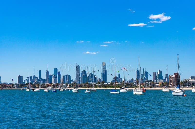 Paesaggio urbano spettacolare di Melbourne con i surfisti e gli yacht dell'aquilone sopra fotografia stock libera da diritti
