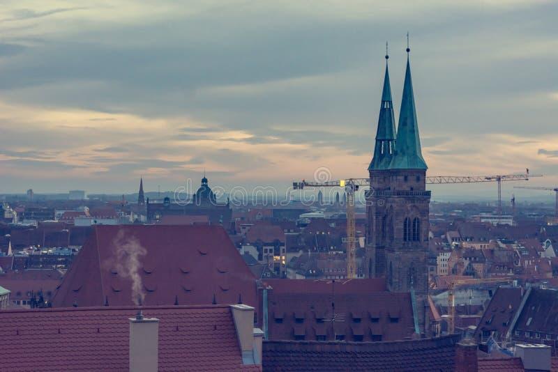 Paesaggio urbano spettacolare di vecchia città tedesca al tramonto fotografia stock