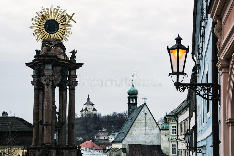 Paesaggio urbano storico di Banska Stiavnica con il passo monumentale di peste immagine stock libera da diritti