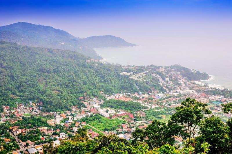 Paesaggio urbano sulla natura del paesaggio della montagna e sul mare blu fotografia stock