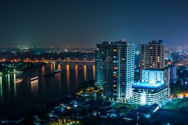 Paesaggio urbano sulla scena di notte del fiume e del ponte immagini stock