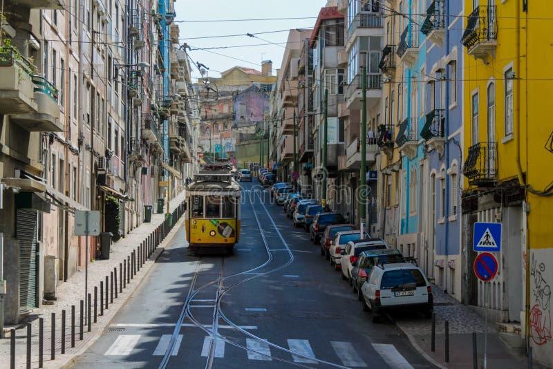 Paesaggio urbano tipico del tram di Lisbona, Portogallo fotografia stock