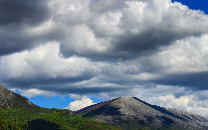 Paesaggio variopinto della montagna con cielo blu e le nuvole grige immagine stock libera da diritti