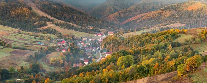 Paesaggio variopinto di panorama di autunno nel paesino di montagna fotografia stock libera da diritti