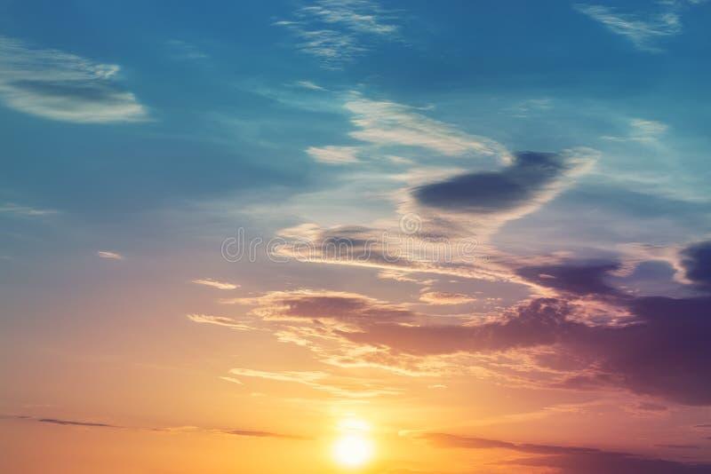 Paesaggio variopinto drammatico del cielo di alba o di tramonto Bella carta da parati naturale del fondo di alba Cloudscape crepu fotografia stock