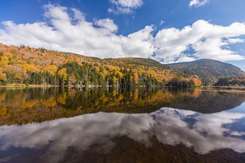 Paesaggio variopinto e riflessione di autunno in montagna bianca Natio immagini stock