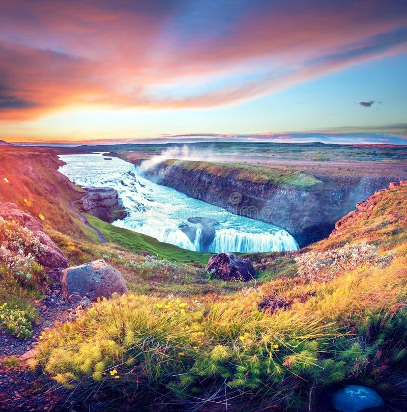 Paesaggio variopinto luminoso affascinante magico con una cascata famosa di Gullfoss nell'alba in Islanda Paesi esotici stupore fotografia stock libera da diritti
