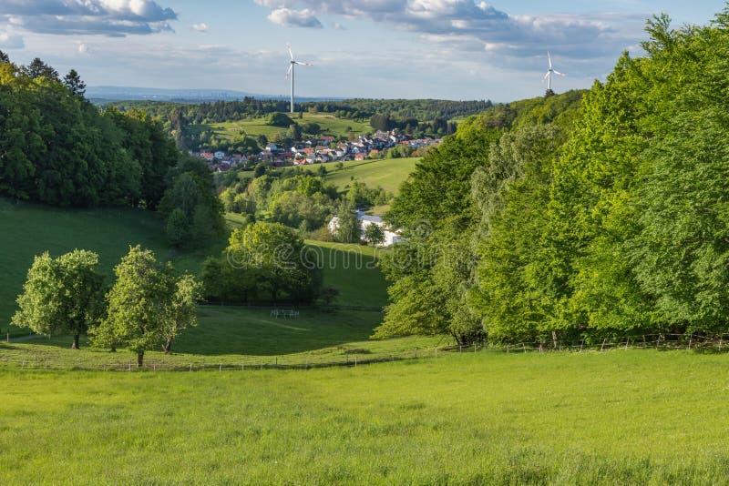 Paesaggio verde a Ober-Beerbach in bello Odenwald, Hesse, Germania immagine stock