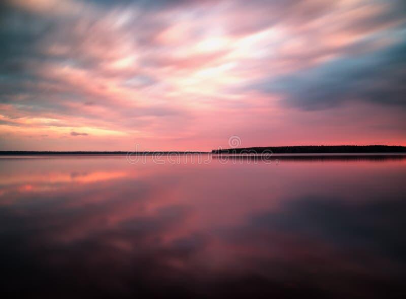Paesaggio vivo di riflessioni del lago di orizzonte di alba di tramonto immagine stock