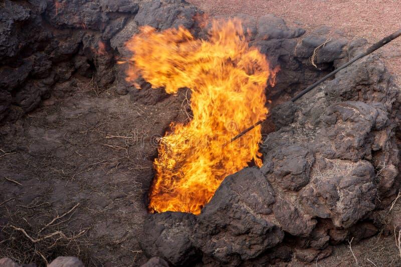 Paesaggio vulcanico con fuoco nel parco nazionale di Timanfaya Lanzarote fotografia stock