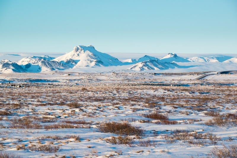 Paesaggio vulcanico di inverno con catena montuosa coperta da neve vicino a Langjokull, Islanda fotografie stock
