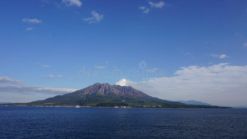 Paesaggio vulcanico nel Giappone con il chiari cielo e mare immagini stock libere da diritti
