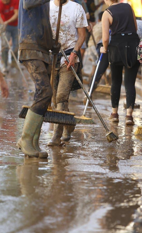Paesani che puliscono dopo gli inondazioni in San Llorenc nel verticale di Mallorca dell'isola immagini stock
