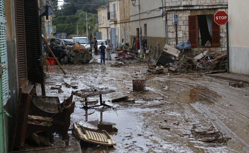 Paesani che puliscono dopo gli inondazioni in San Llorenc nell'isola Mallorca largamente immagini stock