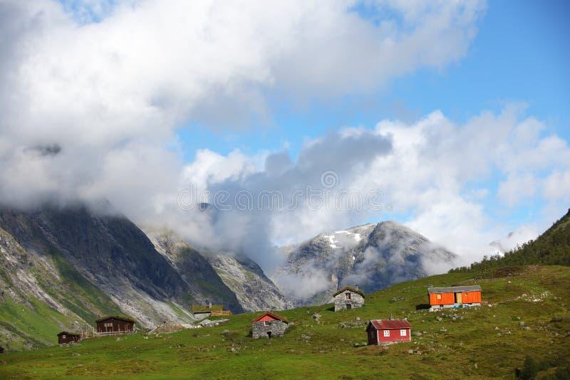 Paesino di montagna con le piccole case di legno immagine for Piccole case di montagna