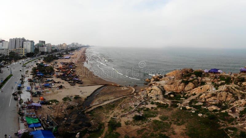 Paesino di pescatori dalla spiaggia fotografie stock libere da diritti
