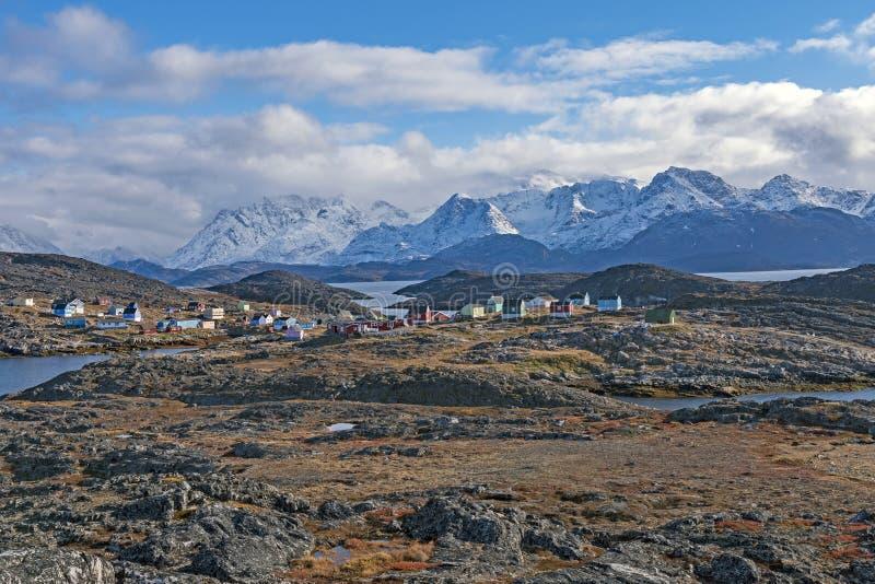 Paesino di pescatori a distanza nell'Artide fotografia stock