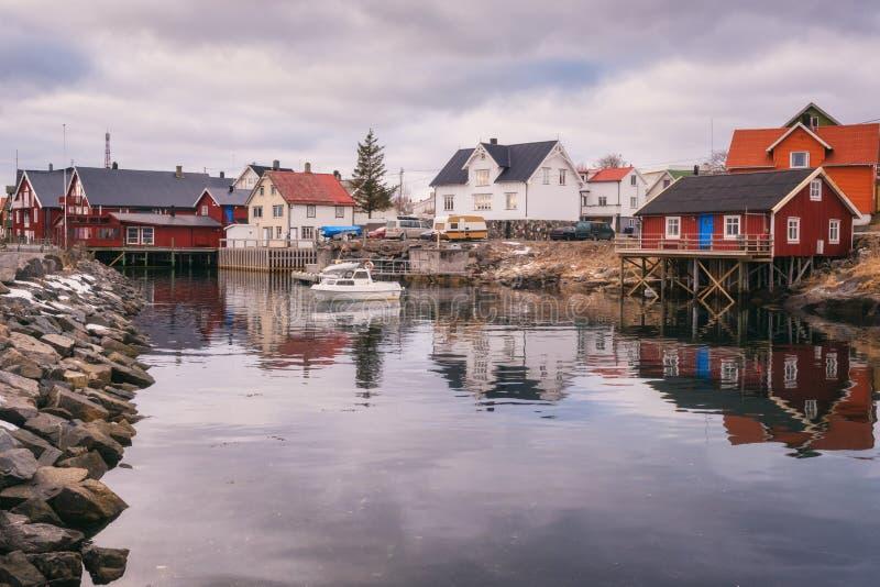 Paesino di pescatori Henningsvaer nelle isole di Lofoten, Norvegia del Nord nella stagione di skrei del merluzzo fotografie stock libere da diritti