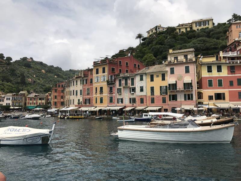 Paesino di pescatori di Portofino sulla linea costiera di Riviera dell'italiano, a sud-est di Genova, l'Italia immagine stock libera da diritti