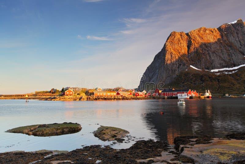 Paesino di pescatori sulla costa del fiordo sulle isole di Lofoten dentro né immagine stock