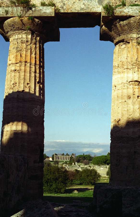 Paestum 2 colunas imagem de stock