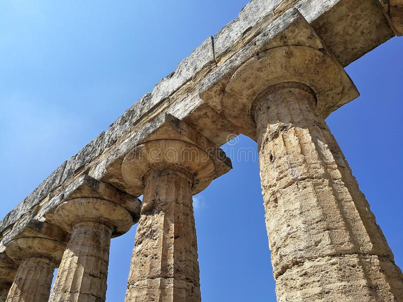 Paestum - detalle de los capitales del templo de Neptuno foto de archivo