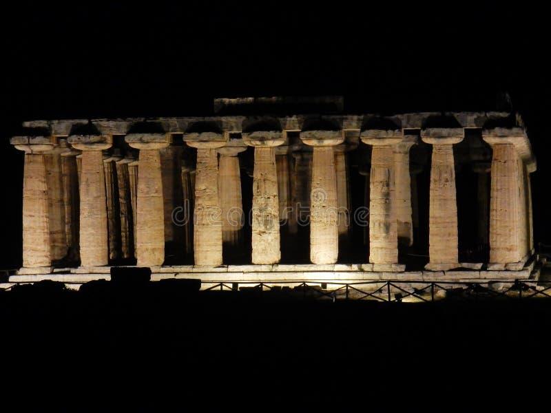 Paestum - upplyst tempel av Athena royaltyfria foton