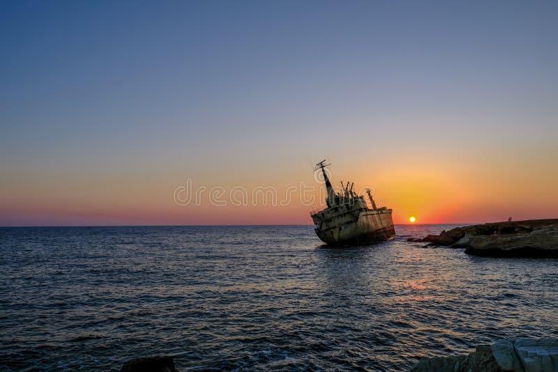 Pafos, Cyprus - Oktober 4, 2017: Schipbreuk bij zonsondergang royalty-vrije stock foto